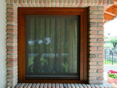 finestra-legno-mattoni